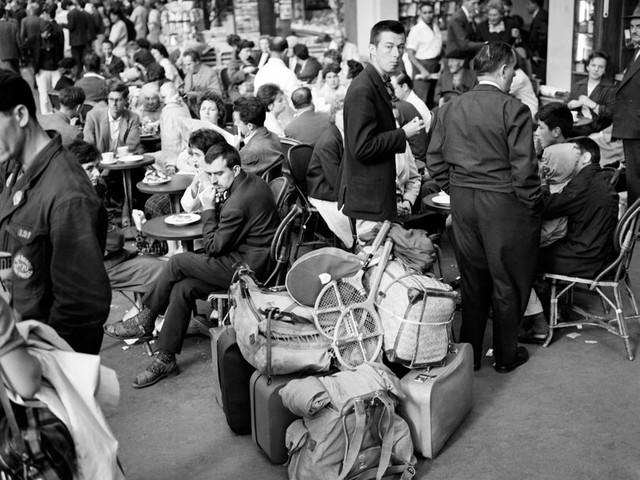 """La Nuit des Gares (16/17) : Un garçon de café du Buffet de la Gare de Lyon : """"C''est un va et vient de personnes, on est tous les jours frappé par la clientèle."""""""