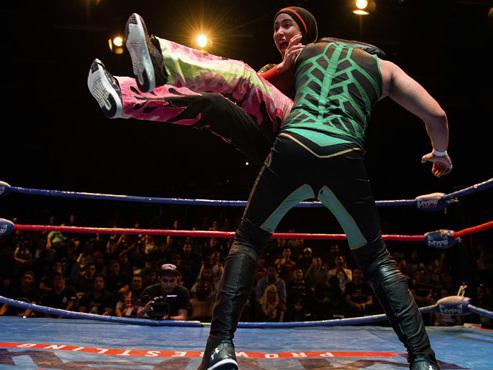 """Avec son hijab, la catcheuse malaisienne """"Phoenix"""" défie les hommes sur le ring et brise les tabous (photos)"""