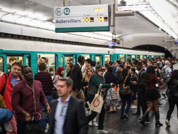 «Quatre personnes par mètre carré»: quelles mesures sont mises en place pour sauver le métro parisien?