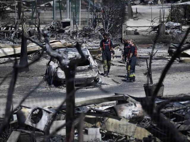 """Après le feu, des touristes hagards découvrent """"un décor de film"""" catastrophe"""
