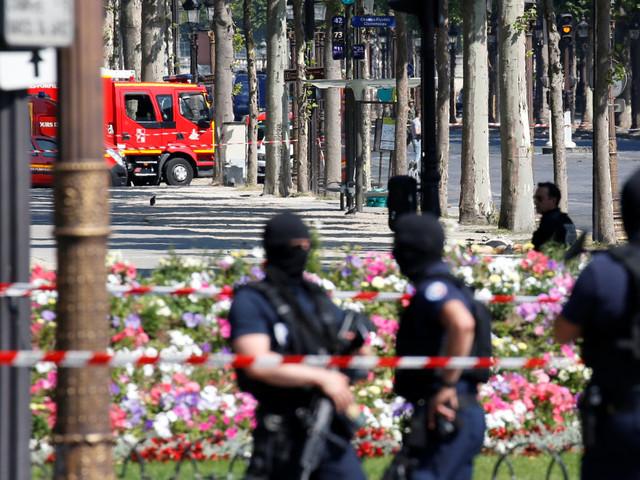 """Attentat raté sur les Champs-Élysées: un """"stock d'armes"""" retrouvé au domicile de l'assaillant"""