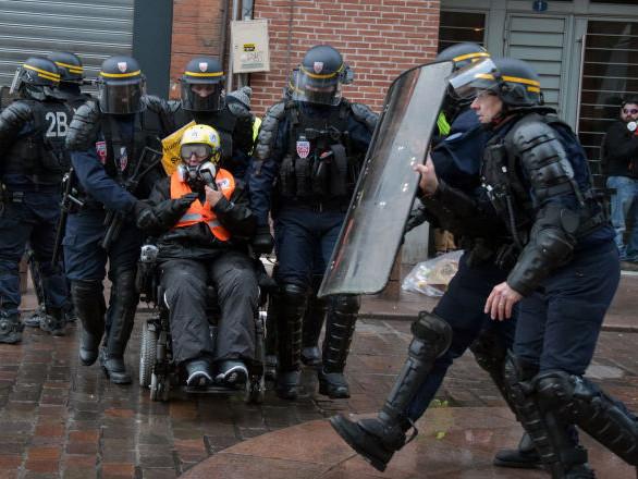 Une femme Gilet jaune en fauteuil roulant condamnée pour violences envers des policiers