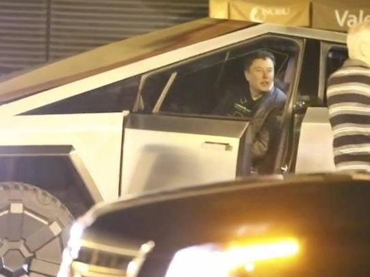 Elon Musk heurte un plot en Cybertruck et ne s'en rend même pas compte