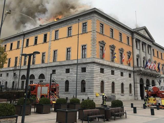Haute-Savoie : la mairie d'Annecy ravagée par un incendie, le toit en feu