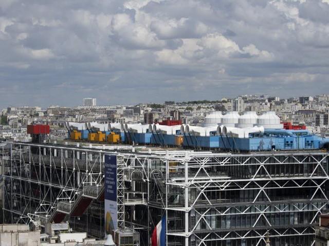 Un tableau de Buren dégradé à coups de cutter au Centre Pompidou