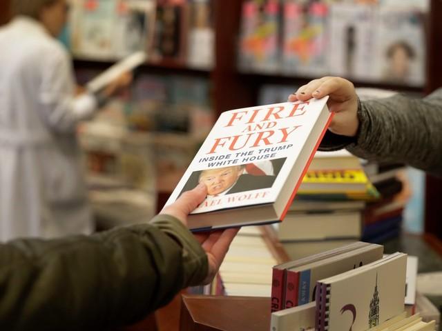 Dans une bibliothèque, un lecteur cache les livres critiquant Trump