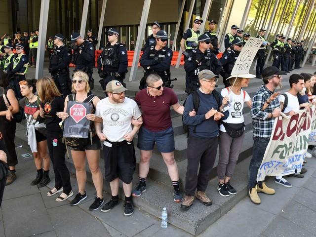 Nouvelle vague d'arrestations de manifestants contre une conférence minière à Melbourne