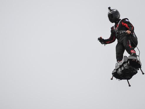 """Défilé du 14 juillet: un """"homme volant"""" au-dessus des Champs-Elysées (vidéo)"""