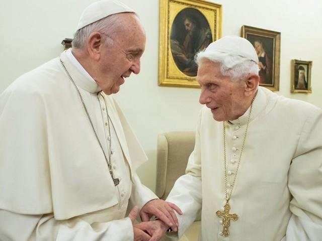 Benoît XVI appelle le pape François à ne pas ordonner d'hommes mariés