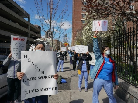 """""""Pas de guerre sans armes"""": à New York, des infirmiers dénoncent le manque d'équipement"""