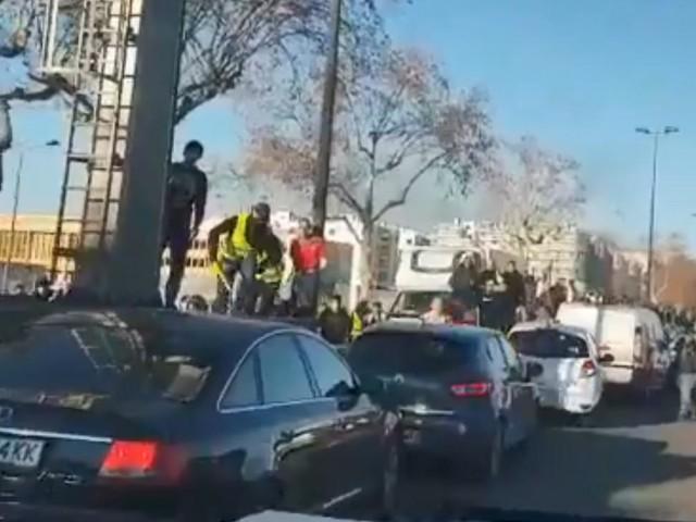 """VIDEO. """"Gilets jaunes"""" : un fourgon de police pris à partie par des manifestants à Lyon"""
