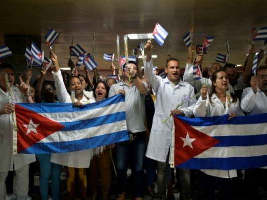 Le retour au bercail des médecins cubains, un coup dur pour l'île