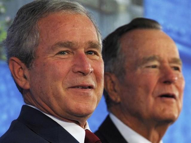 Charlottesville: les Bush critiquent à demi-mot Trump