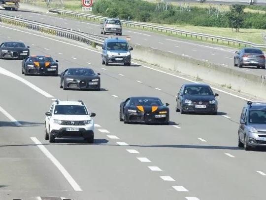 Des gendarmes à fond en Renault Kangoo pour doubler des Bugatti ?