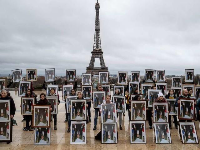 """COP25 : 100 portraits d'Emmanuel Macron retournés pour """"dénoncer l'inaction climatique"""""""