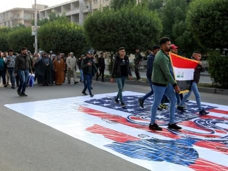 Irak: le drapeau américain piétiné à Bagdad après des sanctions contre le chef d'une faction pro-Iran