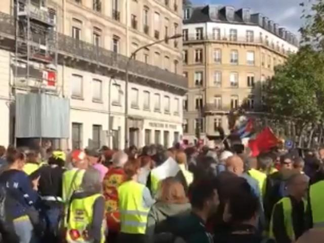 Des gilets jaunes squattent la Techno parade dédiée à Steve et agacent les organisateurs