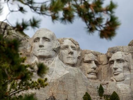 Les cas de Covid-19 flambent, Trump s'envole pour le Mont Rushmore