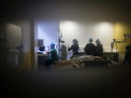 Derrière les portes fermées de l'hôpital, 50 jours dans le quotidien d'un médecin réanimateur