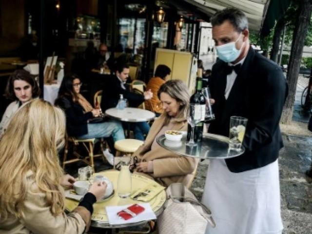 Cafés-restaurants: les pourboires versés en CB seront défiscalisés