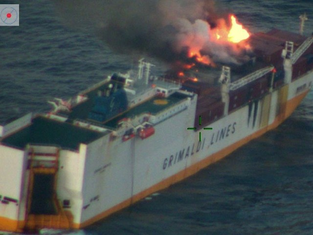 "EN IMAGES. Les photos du cargo ""Grande America"" en feu"