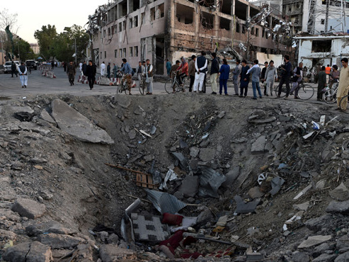"""La terrible explosion de Kaboul a fait au moins 80 morts: """"Un camion à eau qui contenait plus d'une tonne et demi d'explosifs, un cratère de 7 mètres de profondeur"""""""