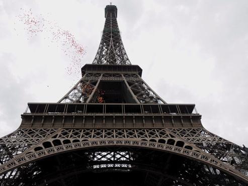 """En pleine saison touristique, la Tour Eiffel fermée en raison d'un conflit social: """"Les Français se mettent tout le temps en grève"""""""