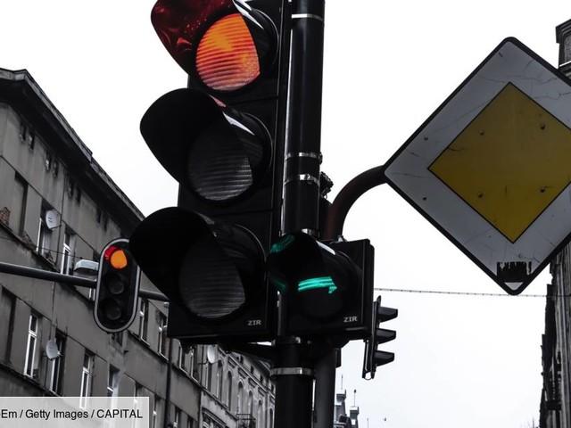 """Pourtant illégaux, les feux tricolores """"intelligents"""" se multiplient en France"""