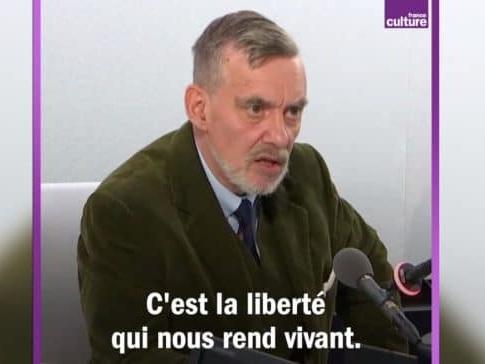 """François Surreau """"Quel est ce pays, qui pour encadrer une manifestation utilise des armes de guerre ?"""""""