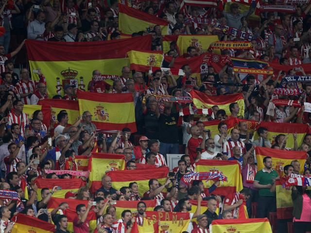 """Atlético Madrid-FC Barcelone: le public madrilène chante """"Viva España"""" à pleins poumons"""