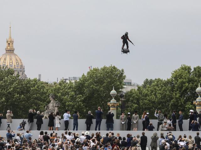 """Un """"homme volant"""" au-dessus des Champs-Elysées pour le défilé du 14 juillet"""