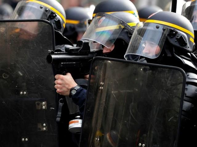 Le policier jugé pour avoir jeté un pavé sur des gilets jaunes risque-t-il une sanction pour l'exemple?
