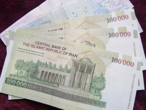 Des manifestants incendient des banques en Iran – vidéos
