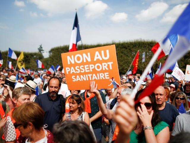 Des milliers d'anti-pass sanitaire de nouveau dans les rues, tensions à Paris