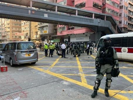 Hong Kong: un policier tire sur un manifestant