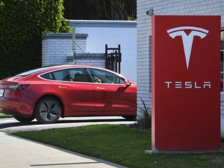 Tesla subit une lourde perte mais promet de renouer avec les bénéfices
