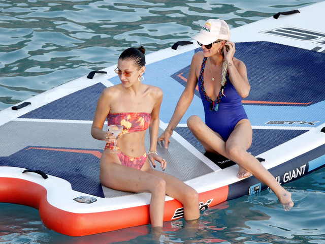Laeticia Hallyday et Bella Hadid : duo improbable et glamour à Saint-Barth