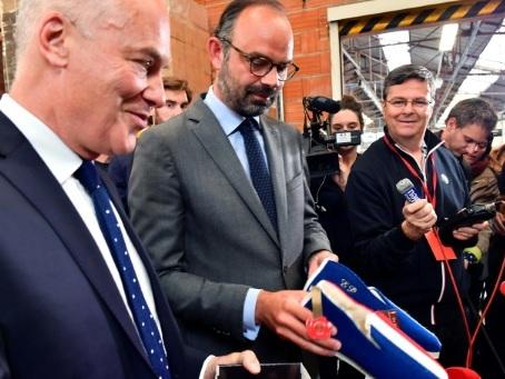 Philippe en opération promotion des réformes en Charente
