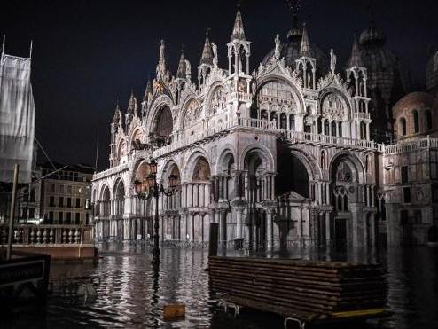 """Venise touchée par une """"acqua alta"""" historique"""
