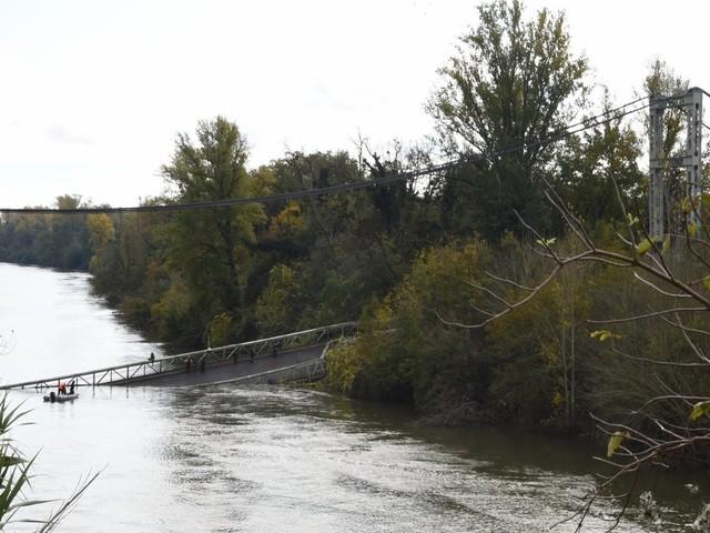 """Pont effondré près de Toulouse: une adolescente tuée et """"probablement plusieurs disparus"""""""