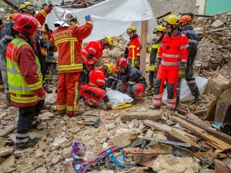 """""""Ca aurait pu être moi"""": rue d'Aubagne, à Marseille, la colère et la peine des survivants"""