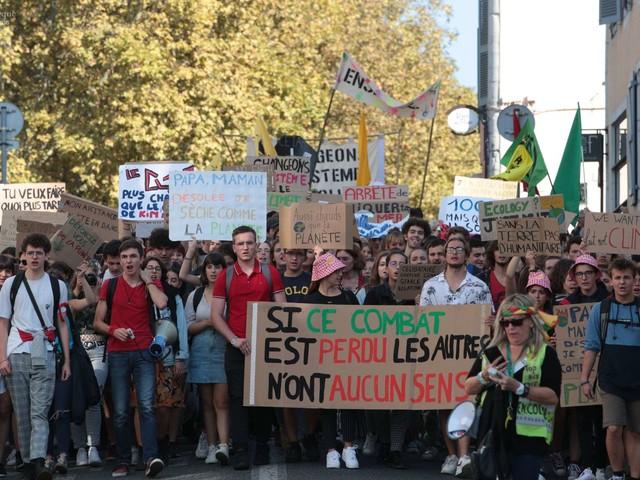 Près de 450 jeunes manifestants pour le climat à Pau