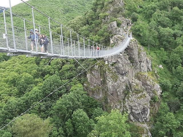 On a testé pour vous la passerelle vertigineuse de Mazamet à moins de 100 kilomètres de Toulouse