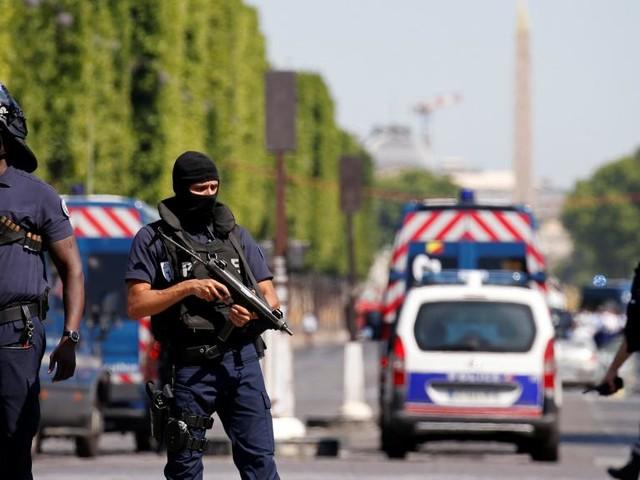 Paris: une voiture percute un fourgon de la gendarmerie sur les Champs-Elysées