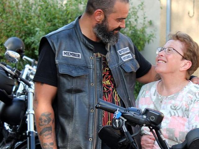 INSOLITE - Des mamies poitevines posent avec des bikers en Harley Davidson pour un calendrier