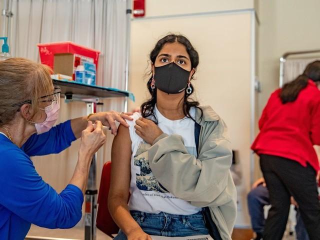 Coronavirus: pourquoi des pays très vaccinés voient le nombre de malades augmenter