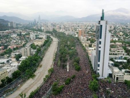 Chili: manifestation monstre à Santiago, le gouvernement sous pression