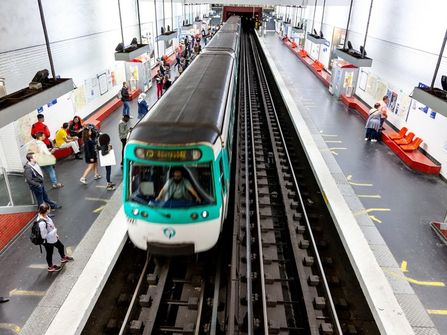 Paris : deux personnes brûlées à l'acide dans le métro