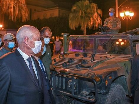 Après le coup de force du président, la Tunisie dans l'attente d'une feuille de route politique