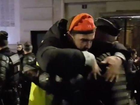 Nouvel an: des gilets jaunes enlacent des gendarmes